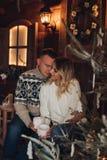 Retrato do Natal de um hause de madeira dos pares românticos imagens de stock