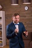 Retrato do noivo que prepearing à proposta de união imagens de stock