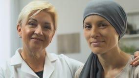 Retrato do oncologista e da paciente que sofre de câncer, auxílio profissional, remissão filme