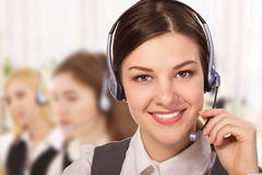 Retrato do operador alegre de sorriso feliz do telefone do apoio nos auriculares Imagens de Stock Royalty Free