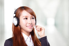 Retrato do operador de sorriso feliz do telefone do apoio nos auriculares Fotografia de Stock