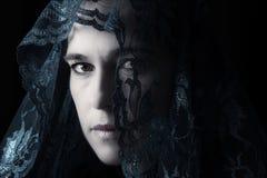 Retrato do Oriente Médio da mulher que olha triste com o artista azul do hijab Foto de Stock Royalty Free