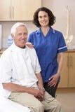 Retrato do osteopata masculino e fêmea Imagens de Stock