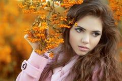 Retrato do outono da beleza da menina atrativa sobre a refeição matinal amarela de Fotografia de Stock