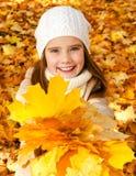 Retrato do outono da criança de sorriso adorável da menina com leav foto de stock royalty free
