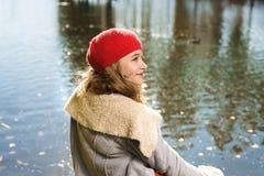 Retrato do outono da menina bonita nova no chapéu vermelho foto de stock