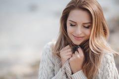 Retrato do outono da mulher bonita perto do mar imagem de stock royalty free