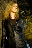 Retrato do outono da mulher nova imagens de stock