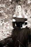 Retrato do outono da mulher nova fotografia de stock royalty free
