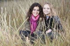 Retrato do outono de duas mulheres novas Foto de Stock Royalty Free