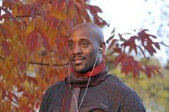 Retrato do outono do homem com fones de ouvido Imagens de Stock Royalty Free