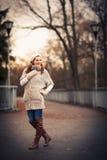 Retrato do outono/inverno: jovem mulher imagem de stock