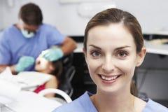 Retrato do paciente dental de With Dentist Examining da enfermeira no fundo imagem de stock