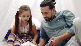 Retrato do pai e da filha que jogam em casa video estoque