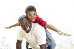 Retrato do pai e do filho felizes no parque Imagens de Stock