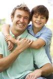 Retrato do pai e do filho no parque Foto de Stock