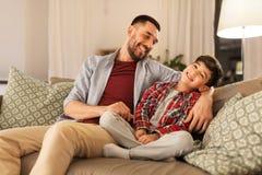Retrato do pai feliz e do pouco filho em casa imagem de stock royalty free