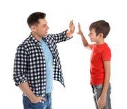 Retrato do paizinho e seu filho que dá altamente cinco isolados foto de stock royalty free