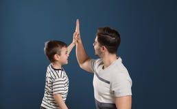 Retrato do paizinho e seu filho que dá altamente cinco foto de stock royalty free