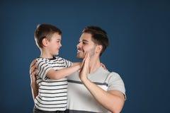 Retrato do paizinho e seu filho que dá altamente cinco imagens de stock royalty free