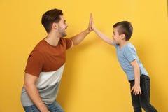Retrato do paizinho e seu filho que dá altamente cinco fotografia de stock