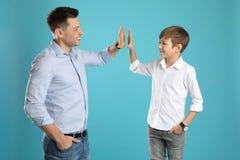 Retrato do paizinho e seu filho que dá altamente cinco fotos de stock royalty free