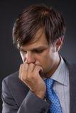 Retrato do pensamento novo considerável do homem de negócio Imagens de Stock
