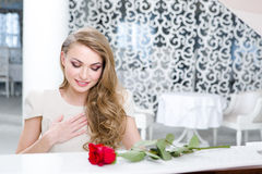 Retrato do pianista com a rosa do vermelho que joga o piano Fotografia de Stock Royalty Free