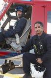 Retrato do piloto e do paramédico por Helicóptero sanitário do exército Fotografia de Stock