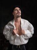 Retrato do poeta Um homem em uma camisa branca e em vestir um chapéu fotografia de stock royalty free