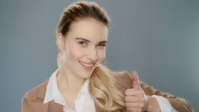 Retrato do polegar bem sucedido da exibição da mulher de negócio acima Profissional confiável video estoque