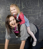 Retrato do professor e estudante, mãe e filha pequenos perto do quadro-negro Fotos de Stock