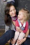 Retrato do professor e estudante, mãe e filha pequenos perto do quadro-negro Imagem de Stock Royalty Free
