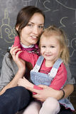 Retrato do professor e estudante, mãe e filha pequenos perto do quadro-negro Foto de Stock