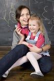 Retrato do professor e estudante, mãe e filha pequenos perto do quadro-negro Fotografia de Stock