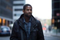 Retrato do profissional afro-americano novo na cidade fotografia de stock