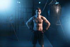 Retrato do pugilista atlético nas ataduras pretas Fotografia de Stock Royalty Free