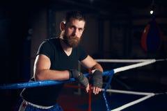 Retrato do pugilista considerável do pontapé no anel no health club imagens de stock royalty free