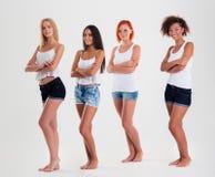 Retrato do quatro multi mulheres étnicas felizes imagem de stock royalty free
