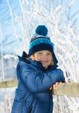 Retrato do rapaz pequeno bonito fora no dia de inverno frio Fotos de Stock
