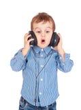 Retrato do rapaz pequeno com auscultadores Fotografia de Stock Royalty Free