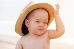 Retrato do rapaz pequeno de sorriso que joga na praia com cabelo Imagens de Stock Royalty Free