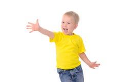 Retrato do rapaz pequeno elegante na camisa amarela foto de stock