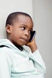 Retrato do rapaz pequeno em uma comunicação imagem de stock