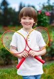 Retrato do rapaz pequeno feliz que guarda o badminton imagens de stock