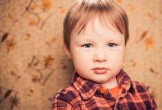 Retrato do rapaz pequeno no fundo retro Imagens de Stock Royalty Free