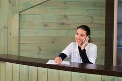 Retrato do recepcionista fêmea que explica o formulário ao paciente na clínica do dentista imagens de stock royalty free
