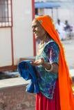 Retrato do sari indiano alaranjado da mulher bonita superior asiática e azul tradicional vestindo de sorriso do vestido imagem de stock royalty free