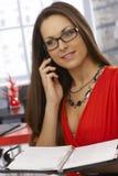 Retrato do secretário no telefone celular Imagens de Stock