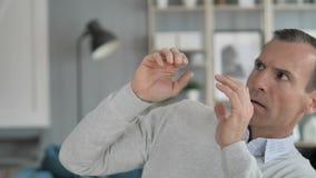 Retrato do sentimento envelhecido médio confuso receoso do homem assustado vídeos de arquivo